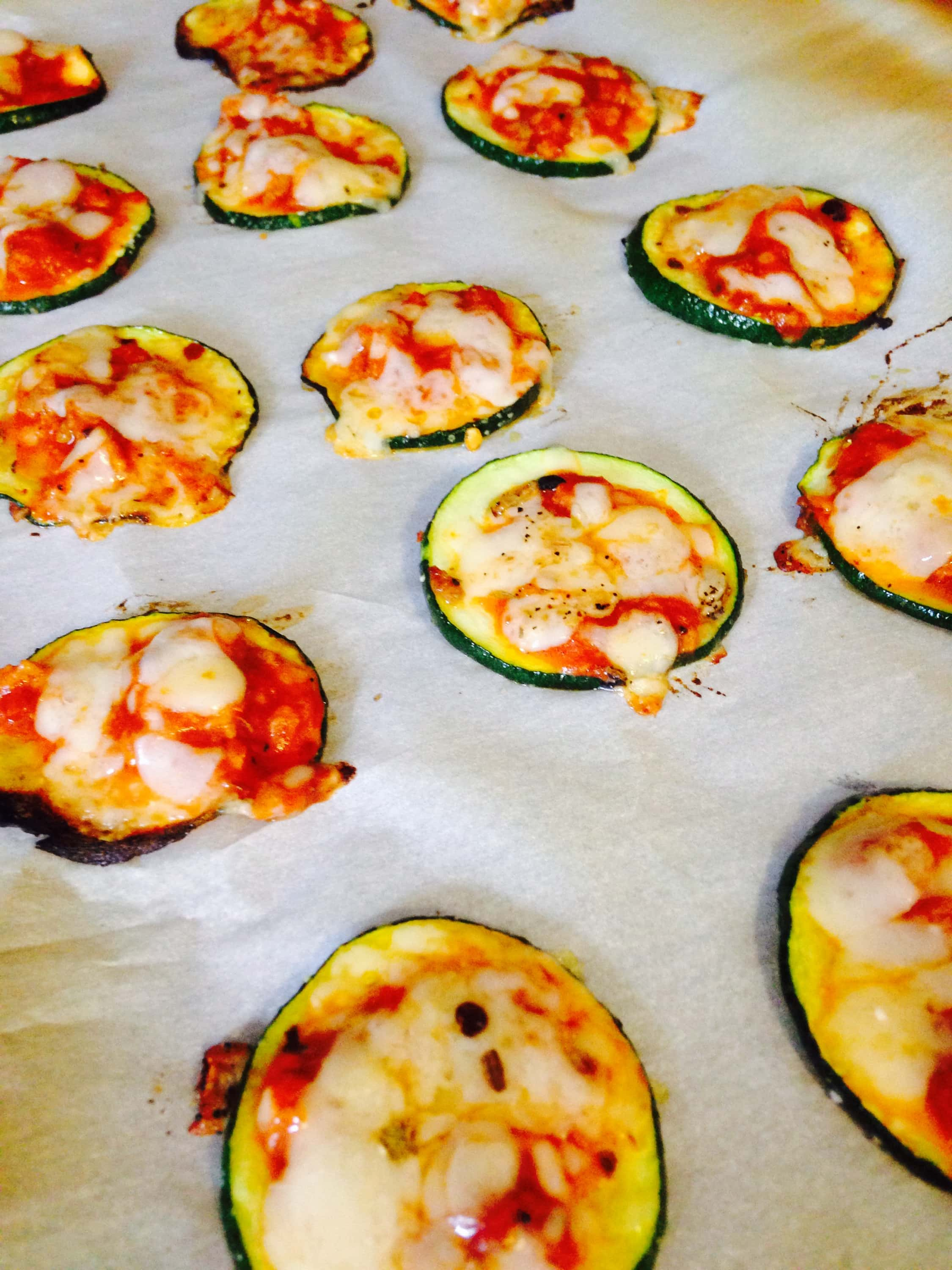 Mini Zucchini Pizzas {21 Day Fix} | Recipe on ConfessionsOfAFitFoodie.com