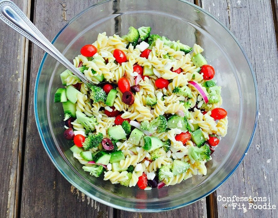 This 21 Day Fix Greek Pasta salad ispackedwith tons ofveggies to keep youfull and on track at all of your summer BBQs!
