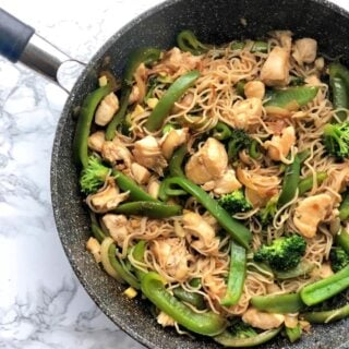 Healthy Chicken Ramen Noodle Stir Fry [Gluten-free | 21 Day Fix | Weight Watchers]